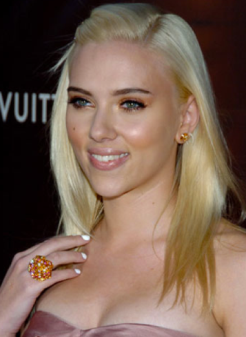 Scarlett Johansson white nails Scarlett Johansson beauty tips Scarlett Johansson white manicure celebrities white manicure white nails celebrities white nail trend white manicure trend