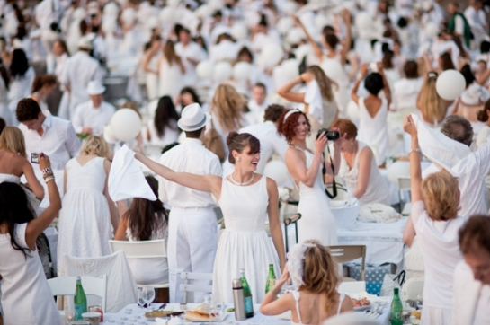 Diner en Blanc in New York, 2011 outdoor picnic flashmob London Diner en Blanc picnic 2012 London all white picnic September 2012 photos Diner en Blanc London September 2012